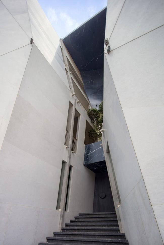 Einzigartiges Hausdesign Cleft House Indien Neu-Delhi die gespaltete Hausfassade ist mit weißen und schwarzen Marmorplatten verkleidet