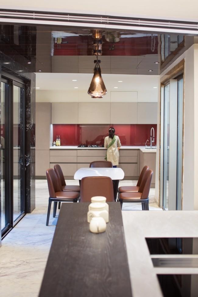 Einzigartiges Hausdesign Cleft House Indien Neu-Delhi offener Küchen-und Esszimmerbereich sehr einladend und modern eingerichtet