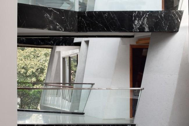 Einzigartiges Hausdesign Cleft House Indien Neu-Delhi verglaste Balkone gehen zum Innenhof