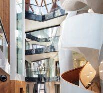 Einzigartiges Hausdesign – das Wohngebäude ist durch ein Atrium gespaltet