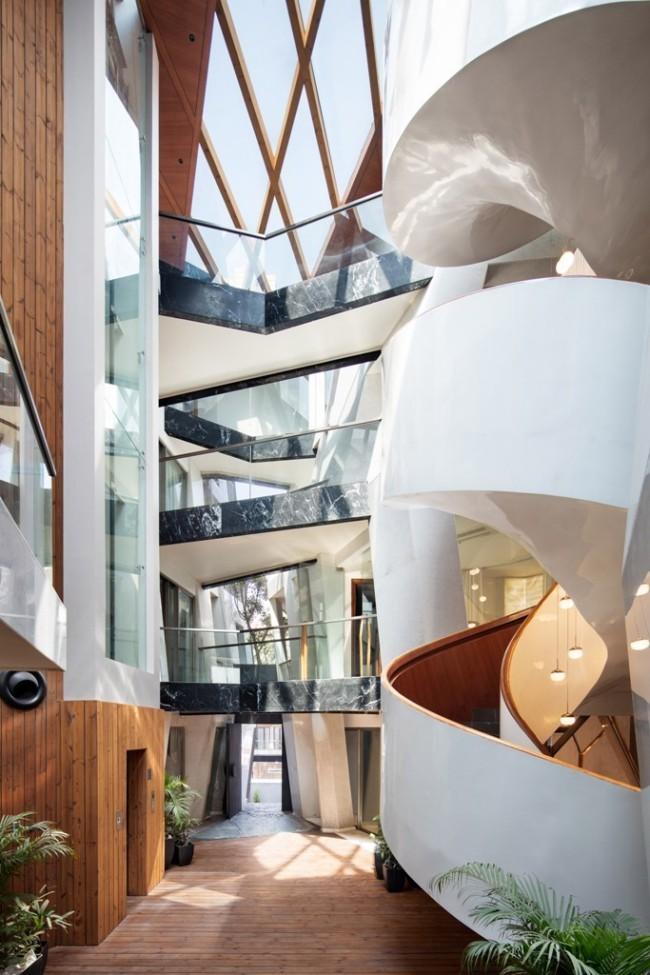 Einzigartiges Hausdesign Cleft House Indien Neu-Delhi verglaste Durchgänge aus schwarzem Marmor verbinden beide Seiten des Gebäudes spiralen-förmige Treppe