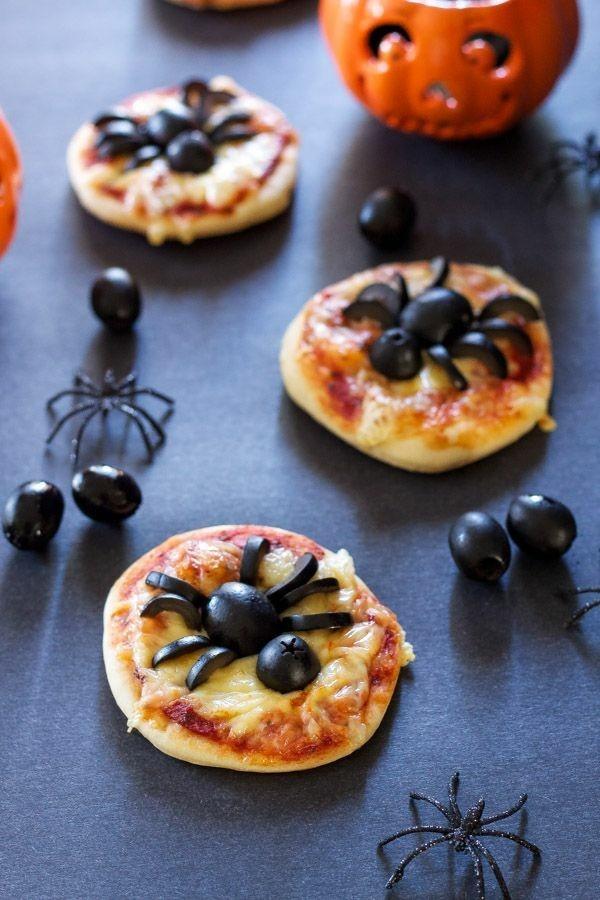 Halloween Snacks für Kinder schnelle Fingerfood Rezepte Mini Pizza Spinne Oliven