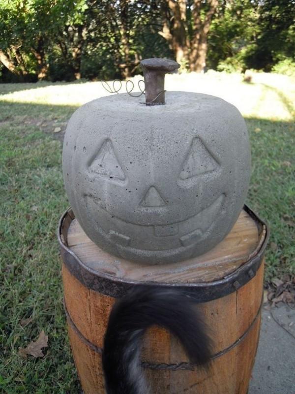 Halloween Kürbis - Pflanzer auf einem Fass