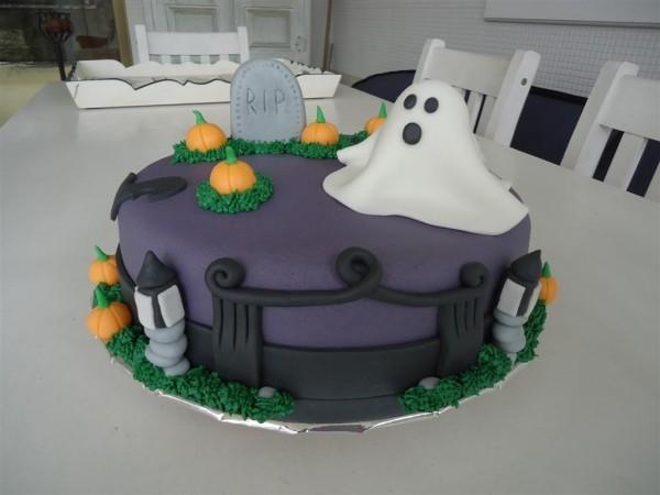 Halloween Kuchen - Lila Glasur mit einem lustigen Geist