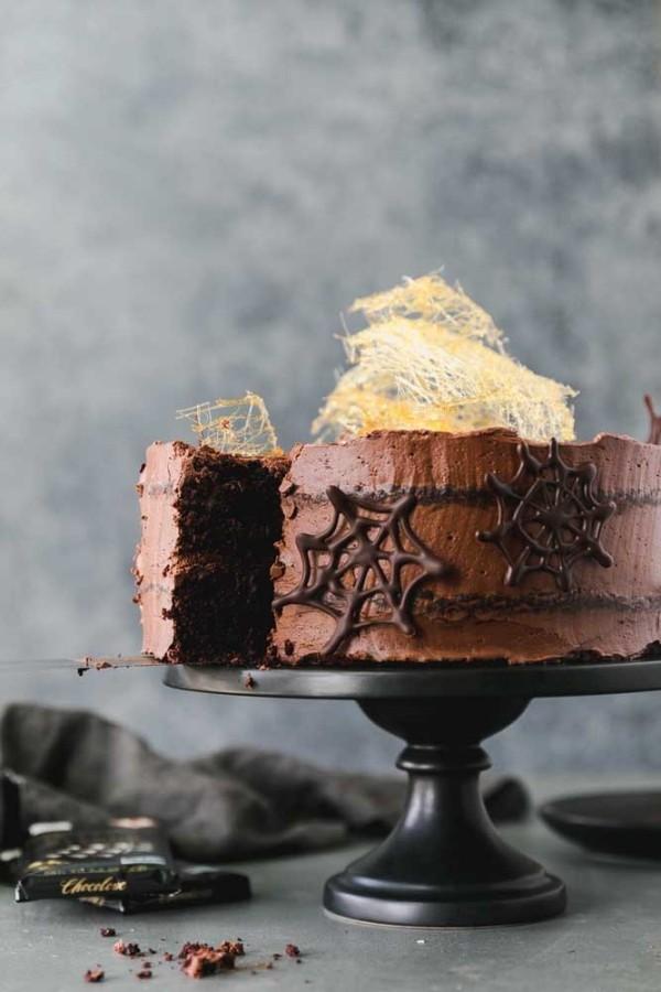 Halloween Kuchen - Schockoladenkuchen auf einem schwarzen Tablett