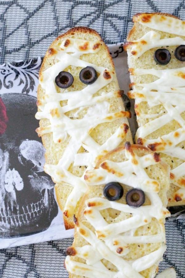 Halloween Snacks Kinder Brötchen mit Käse überbacken Oliven Augen