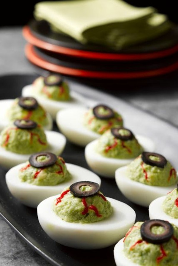 Halloween Snacks für Kinder herzhaftes Fingerfood Eier Avokado Dip Oliven