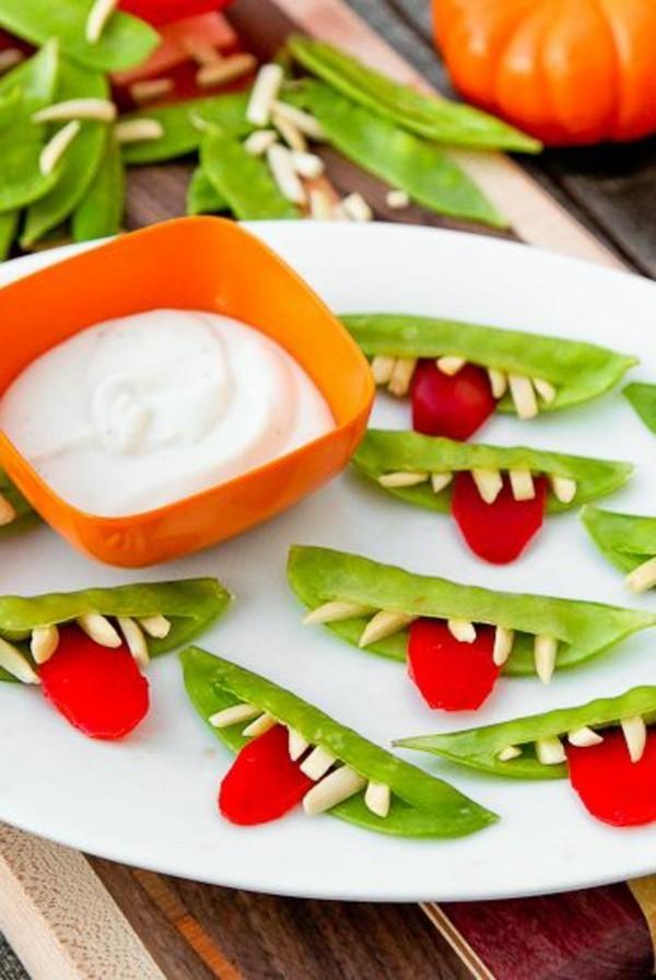 Halloween Snacks für Kinder herzhaftes Fingerfood Grünbohnen Mund
