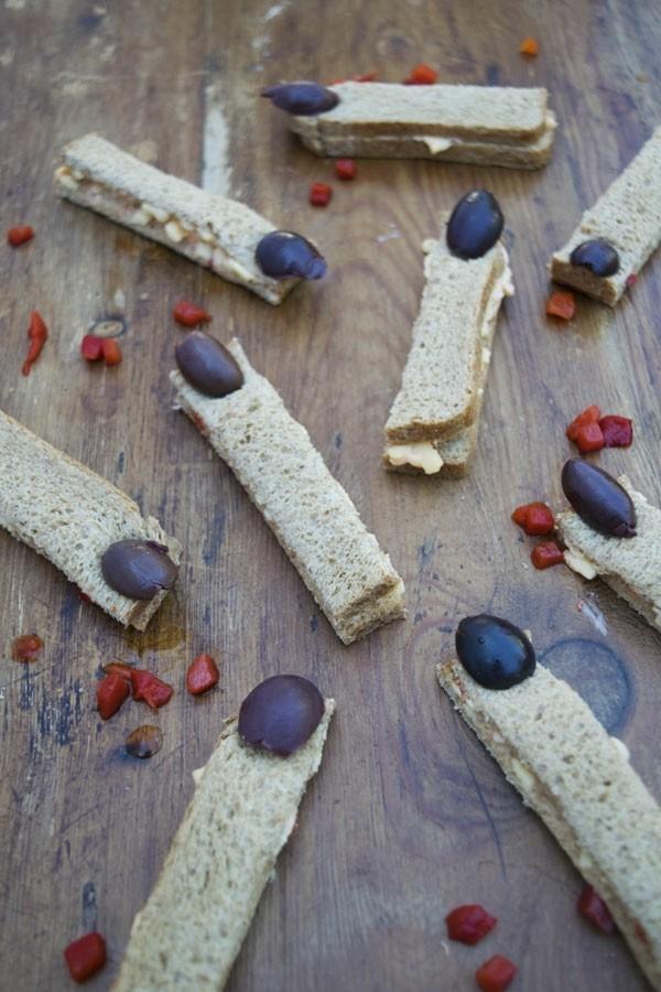 Halloween Snacks Kinder herzhaftes Fingerfood Hexenfinger backen Brötchen Oliven