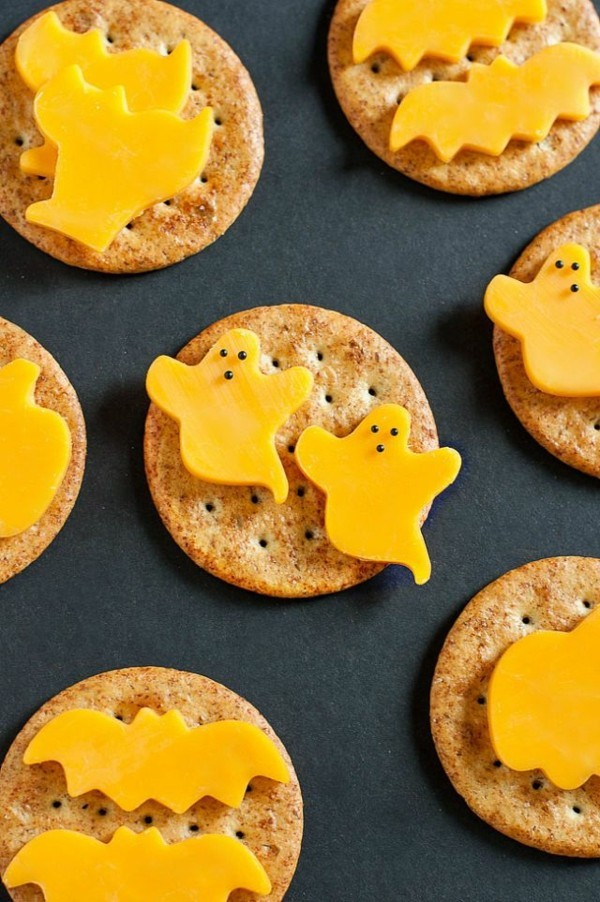 Halloween Snacks Kinder herzhaftes Fingerfood Kekse Käse Gespenster basteln Ausstecher