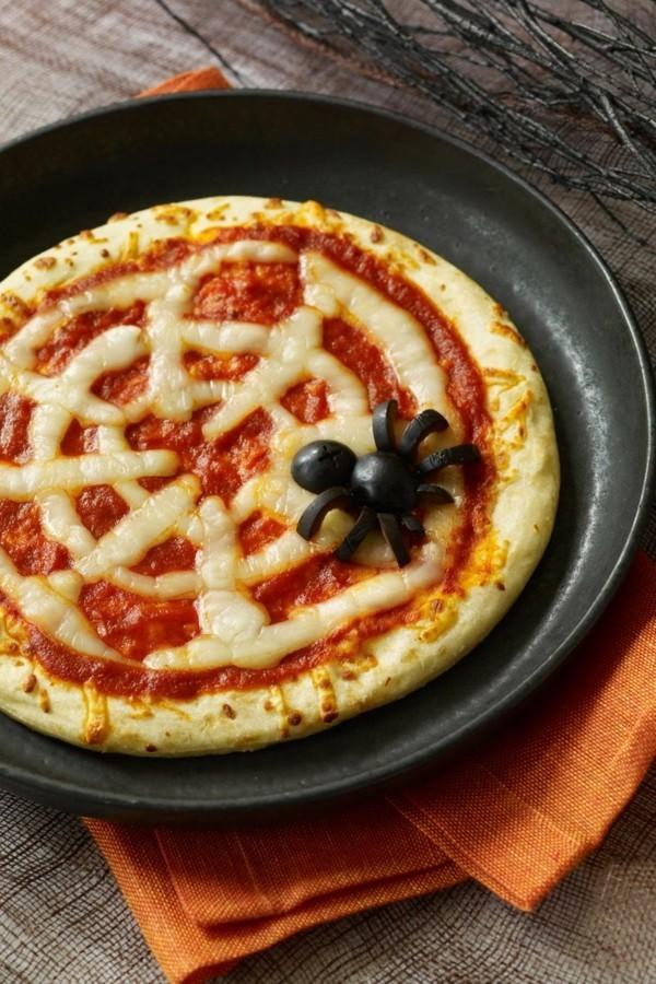 Halloween Snacks für Kinder herzhaftes Fingerfood Margherita Pizza Spinne Netz
