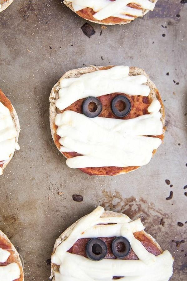 Halloween Snacks für Kinder herzhaftes Fingerfood Pizza Gespenster