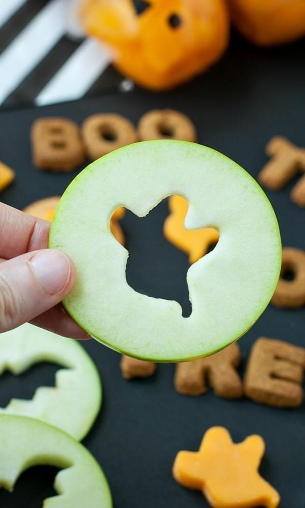 Halloween Snacks für Kinder schnelle Fingerfood Rezepte Ausstecher Käse Gurke