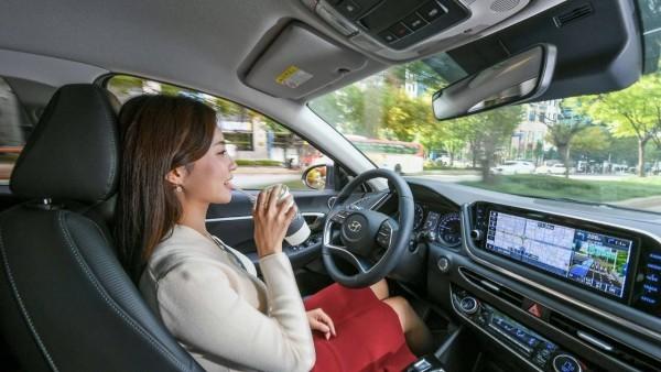 Hyundai entwickelt Tempomat, der Ihr Fahrverhalten nachahmt die hände vom lenkrad nehmen und entspannen