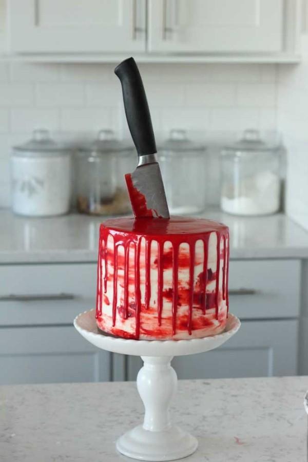 Kleiner Kuchen mit einem Messer Halloween Kuchen