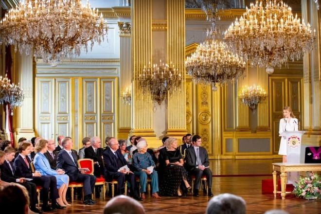 Kronprinzessin Elisabeth von Belgien 18 Jahre alt festliche Rede im Königlichen Palast zahlreiche royale Gäste