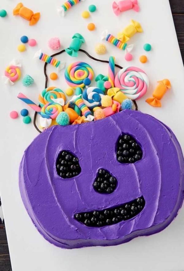 Lila Gesicht auf einem Halloween Kuchen