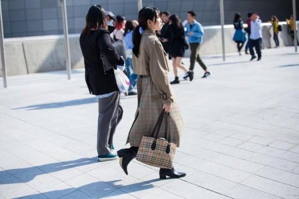Αρκετές κυρίες στο δρόμο - Seoul Fashion Wekk Street μόδα