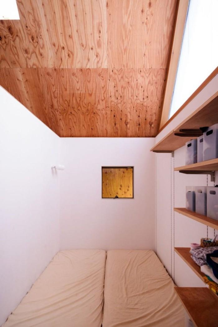 Minimalistisches Haus in Japan Schlafzimmer ultra-minimalistisch Regale Matratzen auf dem Boden