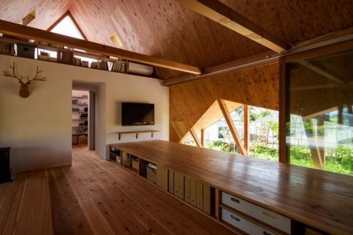 Minimalistisches Haus in Japan Wohnraum superlanger Tisch viel Stauraum multifunktionale Fläche zum Essen Lernen Arbeiten