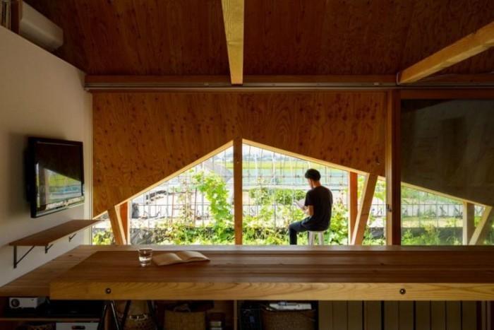 Minimalistisches Haus in Japan große dreieckige Fenster Blick auf den japanischen Garten und andere Gebäude