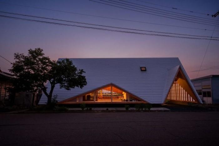 Minimalistisches Haus in Japan in Form eines Zeltes gebaut fällt von Weitem auf