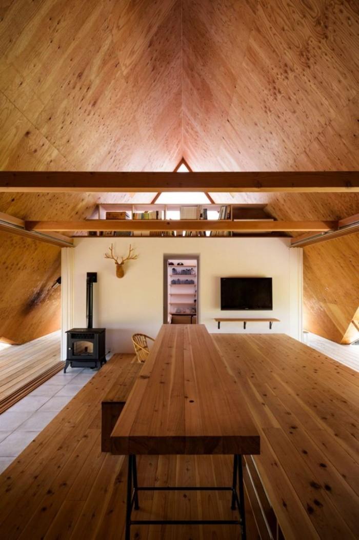 Minimalistisches Haus in Japan in Form eines Zeltes zwei Ebene im Wohnraum getrennt von Bücherregal viel Holz