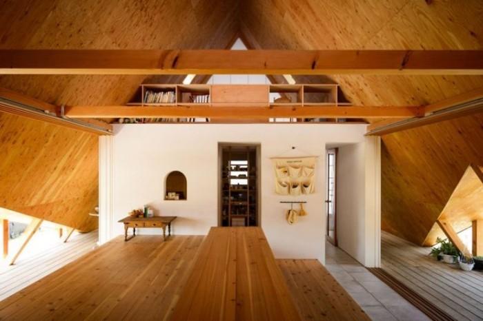 Minimalistisches Haus in Japan viel hell gebeiztes Holz Sperrholz und glatte weiße Oberflächen im Inneren