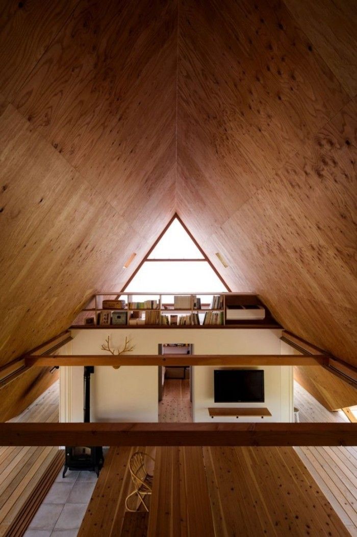 Minimalistisches Haus in Japan zwei Ebenen im Haus durch ein großes Holzregal getrennt