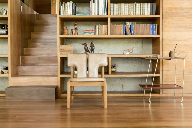 Modernes Haus aus Glas und Beton im Regenwald errichtet Bücherwand Namen Casa Bibliotheca