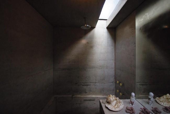 Modernes Haus aus Glas und Beton im Regenwald errichtet Badezimmer im Industrial Style Oberflächen aus Sichtbeton