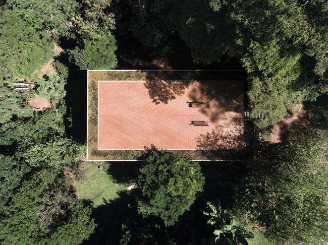 Modernes Haus aus Glas und Beton im Regenwald errichtet die Dachterrasse von oben gesehen