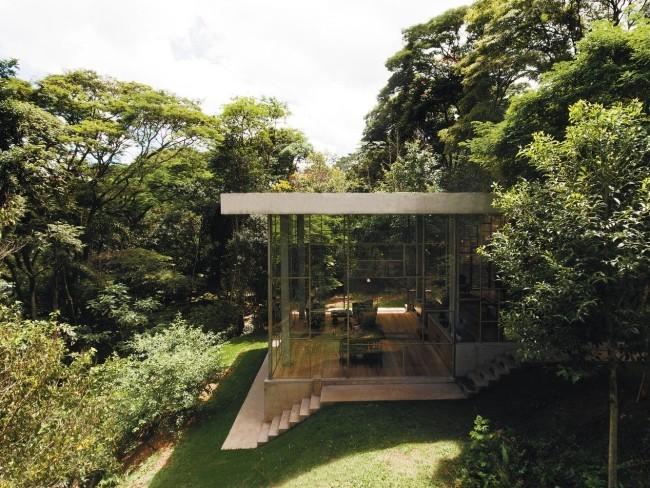 Modernes Haus aus Glas und Beton im Regenwald errichtet einfach im Design clever in der Ausführung
