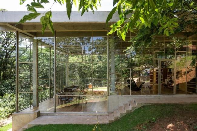 Modernes Haus aus Glas und Beton im Regenwald errichtet perfekte Rückzugsort inmitten der Natur