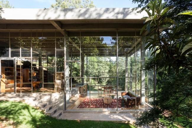 Modernes Haus aus Glas und Beton im Regenwald errichtet schreibt sich harmonisch in die Umgebung ein