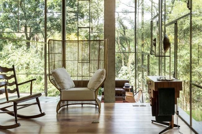 Modernes Haus aus Glas und Beton im Regenwald errichtet vollen Relax genießen schöpferisch arbeiten