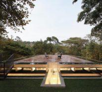 Modernes Haus aus Glas und Beton im Regenwald ist der neue Rückzugsort für einen Philosophen