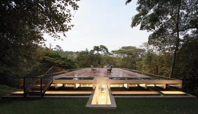 Modernes Haus aus Glas und Beton im Regenwald weite Dachterrasse mit wetterresistenten Holzbrettern verdeckt