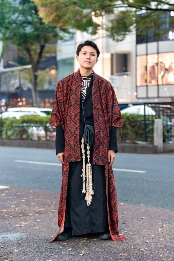 Modetrends Street Fashion- Mann in einer roten Jacke