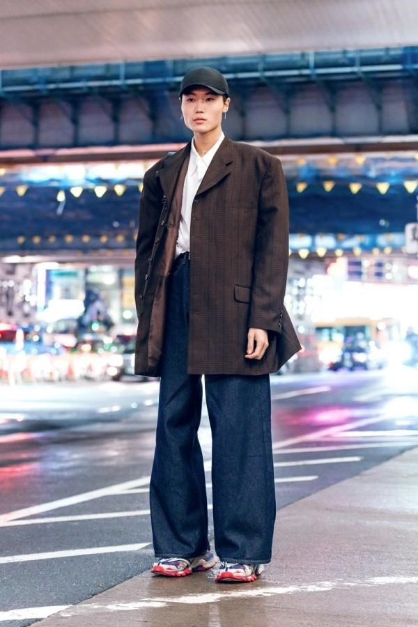 Modetrends Street Fashion - breite Hosen- braune Jacke