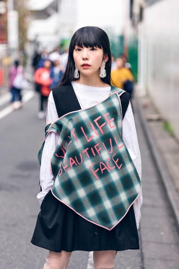 Modetrends Street Fashion - karrierter Look mit einem kurzen Kleid