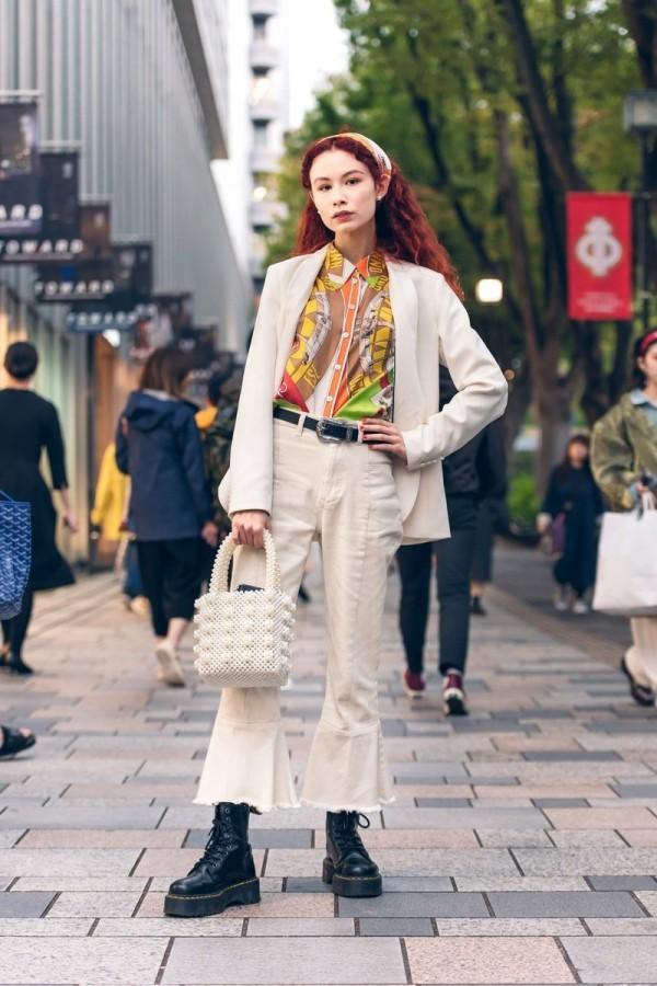 Modetrends Street Fashion - rote Haare und weiße Kleidung