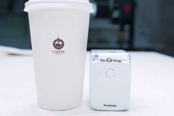 PrinCube ist ein winziger Handdrucker, der auf jeder Oberfläche drucken kann drucken auf pappbecher