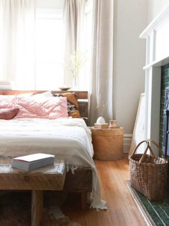 Schlafzimmer herbstlich gestalten Schlafbett rosa Kissen Sitzbank aus Holz Flechtkorb daneben