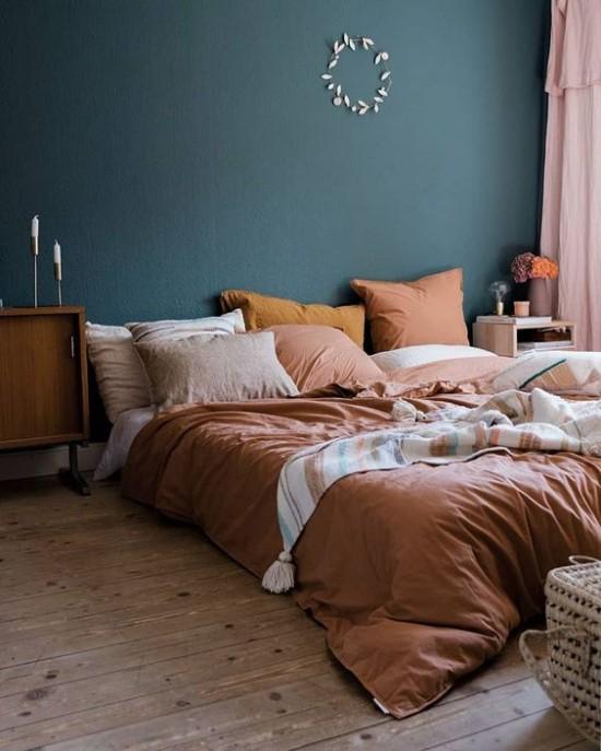 Schlafzimmer herbstlich gestalten blaugrüne Wand als Akzent Bettwäschen