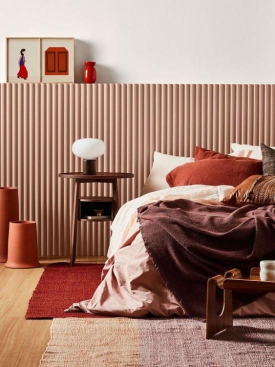 Schlafzimmer herbstlich gestalten einladendes sonniges warmes Ambiente verschiedene Brauntöne Nachttischlampe wenig Deko