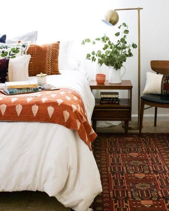 Schlafzimmer herbstlich gestalten gemütliche Atmosphäre warme Herbstfarbe Brauntöne Teppich