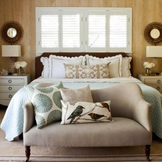 Schlafzimmer herbstlich gestalten herbstliche Muster auf Kissen schöne herbstliche Atmosphäre