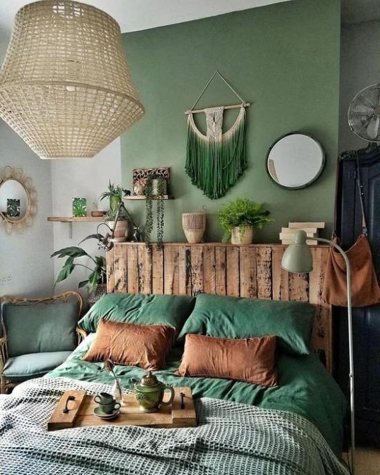 Schlafzimmer herbstlich gestalten verschiedene Grüntöne rustikale Elemente Holz Zimmerpflanzen