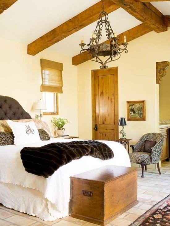 Schlafzimmer herbstlich gestalten viel Holz Balken Tür weiche Texturen künstliches Fell